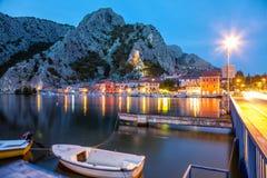 老沿海城市Omis在克罗地亚在晚上 库存照片