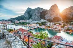 老沿海城市Omis在克罗地亚在晚上 免版税库存照片