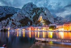 老沿海城市Omis在克罗地亚在晚上 免版税图库摄影