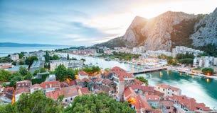 老沿海城市Omis在克罗地亚在晚上 库存图片