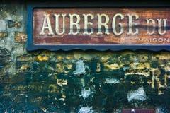 老法国旅馆标志 免版税库存图片