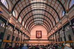 老法国殖民地样式邮局的走廊在西贡胡志明市在南越 库存照片