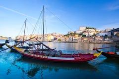 老波尔图和传统小船有葡萄酒桶的,葡萄牙 免版税库存照片