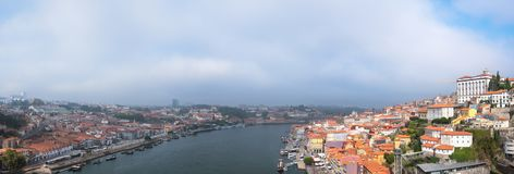 老波尔图市和Ribeira在杜罗河河从加亚新城,葡萄牙 免版税图库摄影