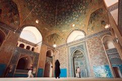 老波斯祈祷里面铺磁砖的大厅的清真寺和人 免版税库存图片