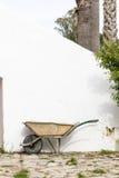 老泥泞的庭院独轮车 库存图片