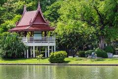 老泰国亭子在热带庭院里 免版税图库摄影