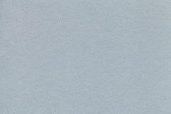 老浅灰色的纸特写镜头纹理  密集的纸板的结构 银色背景 免版税库存图片