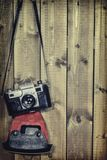 老测距仪葡萄酒和减速火箭的照片照相机与葡萄酒上色作用 免版税库存图片