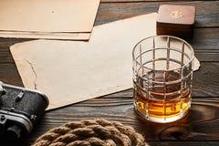 老测距仪照相机和威士忌酒与古色古香的地图 免版税图库摄影