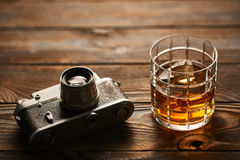老测距仪照相机和威士忌酒 免版税图库摄影