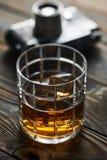 老测距仪照相机和威士忌酒 库存照片