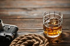 老测距仪照相机和威士忌酒 免版税库存照片