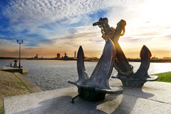 老海剪影横渡了在彼得的港口背景的船锚  Kronstadt,圣彼德堡,俄罗斯 免版税图库摄影