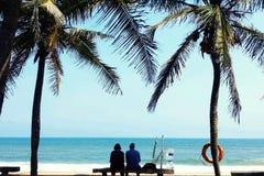 老海滩夫妇 免版税库存图片