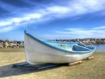 老海滩小船 免版税库存图片