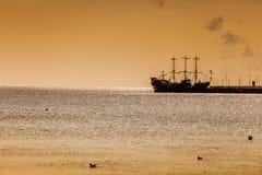 老海盗船在海 免版税图库摄影