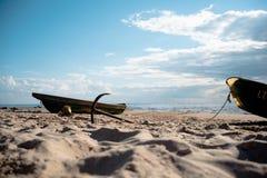老海滩和小船在沙子 免版税库存图片