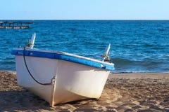 老海滩小船 免版税库存照片