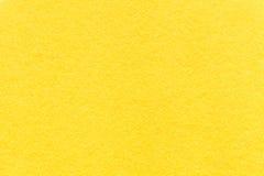 老淡黄色纸背景,特写镜头纹理  密集的柠檬纸板结构  免版税库存照片