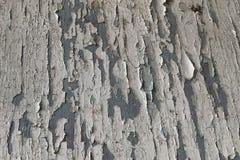 老深灰木墙壁纹理有裂化的白色油漆的 免版税图库摄影