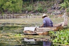 老渔夫在湖Atitlan,危地马拉 库存图片