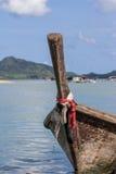 老渔夫小船在海 免版税图库摄影