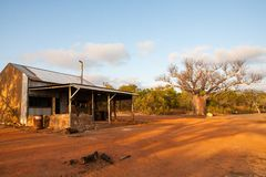 老渔夫的小屋和保持阵营火在蹲着的人在蜜月湾,Kalumburu,澳大利亚西部附近野营 库存照片