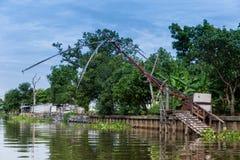 老渔网在河旁边的泰国样式房子里 免版税库存照片