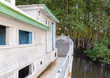 老渔船停放了在河沿靠近Raksamae桥梁 免版税库存照片