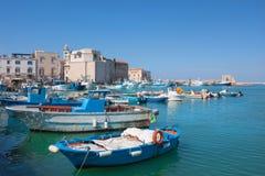 老渔船在意大利城市口岸停放了 免版税库存照片