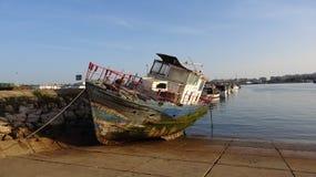 老渔船在葡萄牙 图库摄影