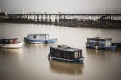 老渔船在Nervion河 桑图尔特西,巴斯克地区, Spai 免版税库存照片