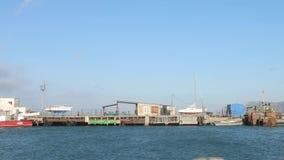 老渔船栓与码头的绳索,在小游艇船坞的码头靠了码头五颜六色的渔船栓与绳索对在地点停泊 影视素材