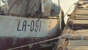 老渔船被停泊对一个老码头 股票视频