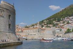 老港口在杜布罗夫尼克 亚得里亚海的克罗地亚城市 中世纪堡垒、Lovrijenac和Bokar 免版税库存照片