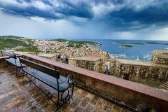 老港口美好和有趣的看法在赫瓦尔岛镇,在雨以后的克罗地亚 免版税库存照片