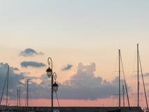 老港口船帆柱和葡萄酒老灯日落天空 库存照片