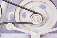 老滑轮和皮带传动 免版税库存照片