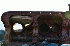 老漂在海上的难船引擎 免版税库存照片