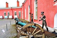 老火炮在彼得和保罗堡垒附近开枪俄国士兵,圣彼德堡,拉斯的Naryshkin本营有蜡雕象的 免版税库存图片