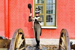 老火炮在彼得和保罗堡垒附近开枪俄国士兵,圣彼德堡,拉斯的Naryshkin本营有蜡雕象的 免版税库存照片