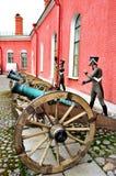 老火炮在彼得和保罗堡垒附近开枪俄国士兵,圣彼德堡,拉斯的Naryshkin本营有蜡雕象的 库存照片