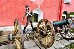 老火炮在彼得和保罗堡垒附近开枪俄国士兵,圣彼德堡,拉斯的Naryshkin本营有蜡雕象的 免版税图库摄影