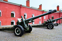 老火炮在彼得和保罗堡垒附近开枪,圣彼德堡,俄罗斯的Naryshkin本营 免版税库存照片