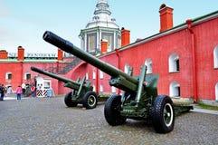 老火炮在彼得和保罗堡垒附近开枪,圣彼德堡,俄罗斯的Naryshkin本营 免版税图库摄影
