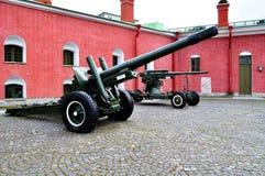 老火炮在彼得和保罗堡垒附近开枪,圣彼德堡,俄罗斯的Naryshkin本营 免版税库存图片