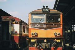 老火车、内燃机车和乘客支架 免版税图库摄影