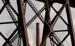 老火车桥梁和工厂烟窗 库存图片