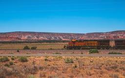 老火车横穿山峡谷路风景 库存照片